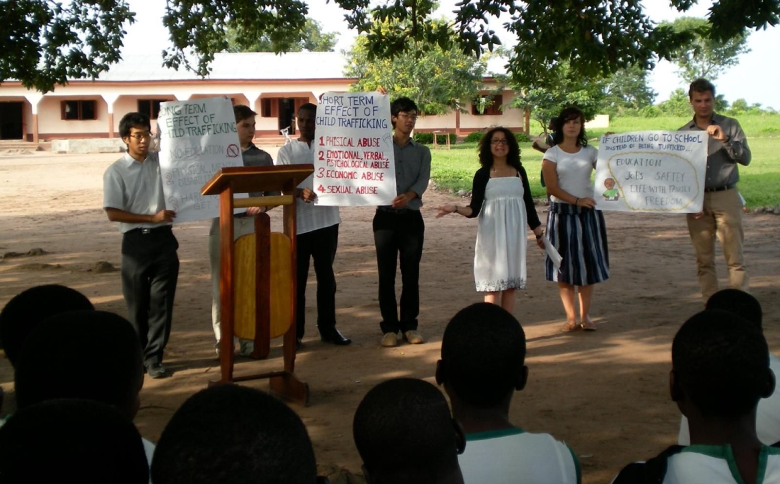 ガーナで人権教育に努める日本人インターンと仲間たち